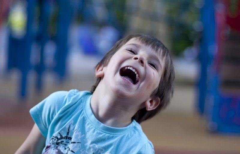 על יוגה צחוק לילדים